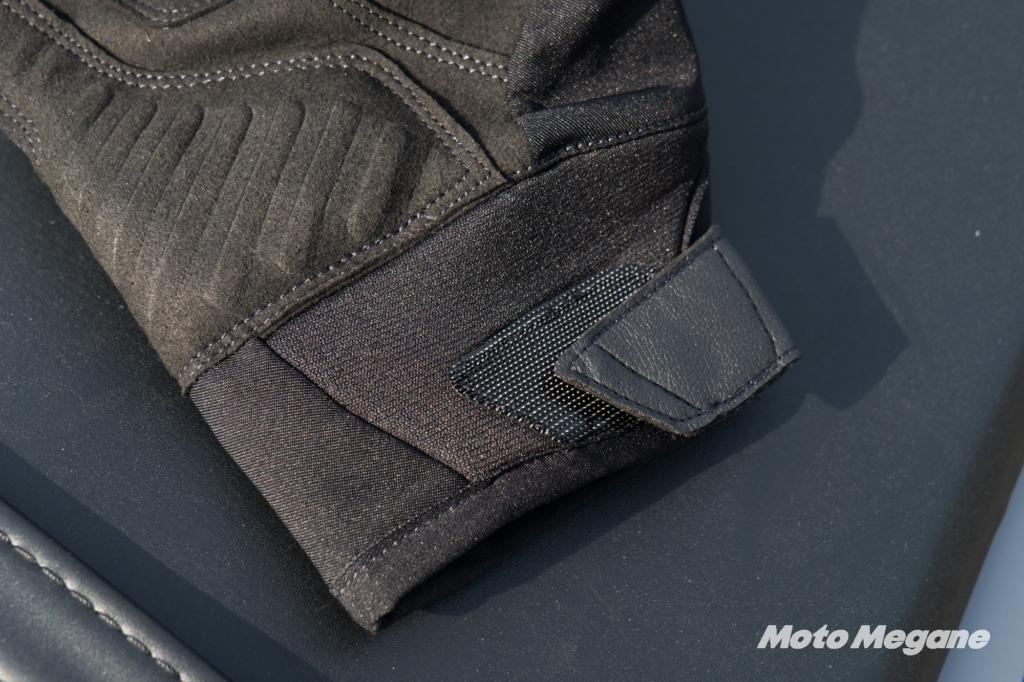 手首は伸縮性のある素材を採用してて脱着が簡単