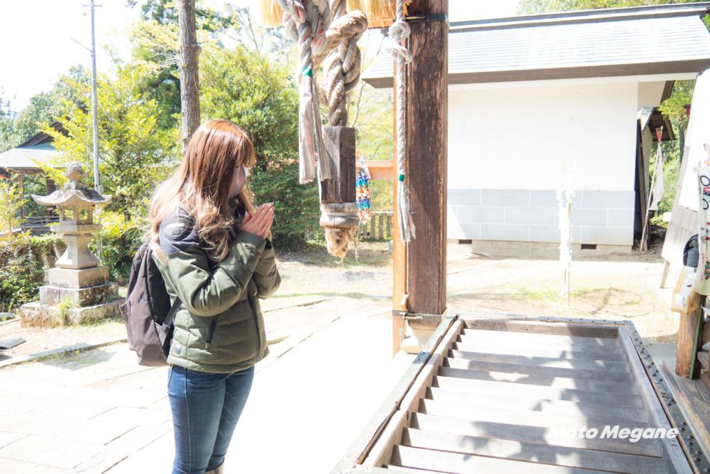 静かな小鹿神社で旅の安全をお祈りします