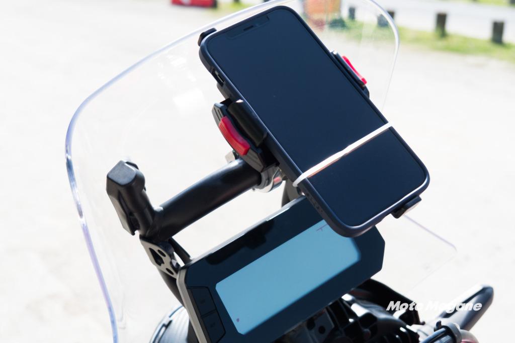 CRF250ラリーのスクリーンステーはスマホホルダーなどがマウント可能な設計になっている