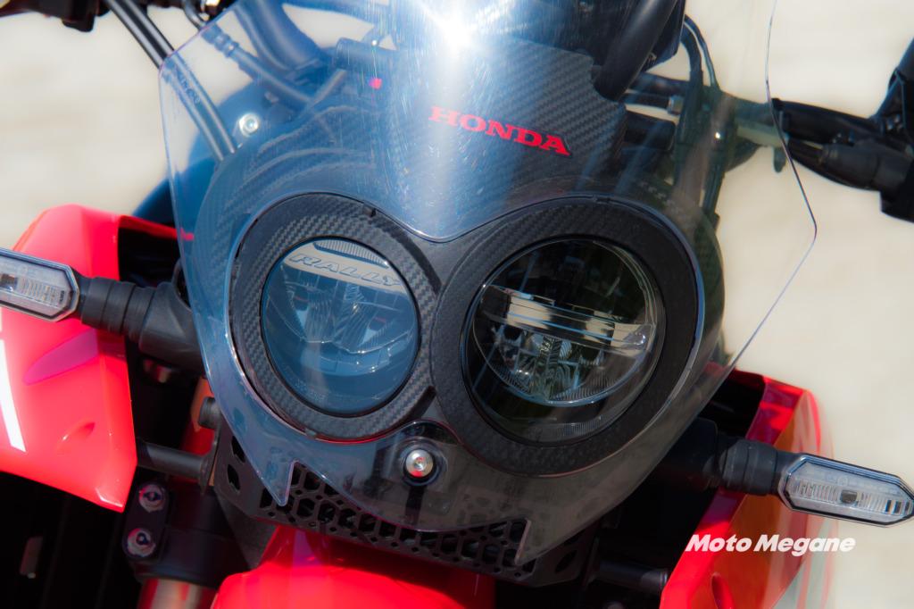 CRF250ラリーのヘッドライトは先代同様に左右非対称のLEDタイプを採用。ウインカーも同様にLEDを採用している