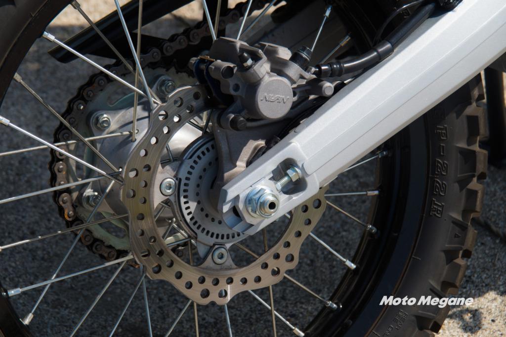 CRF250ラリーのリアブレーキはディスクブレーキにシングルポッドキャリパーを採用。ABSはオフロード走行用にキャンセルも可能となっている