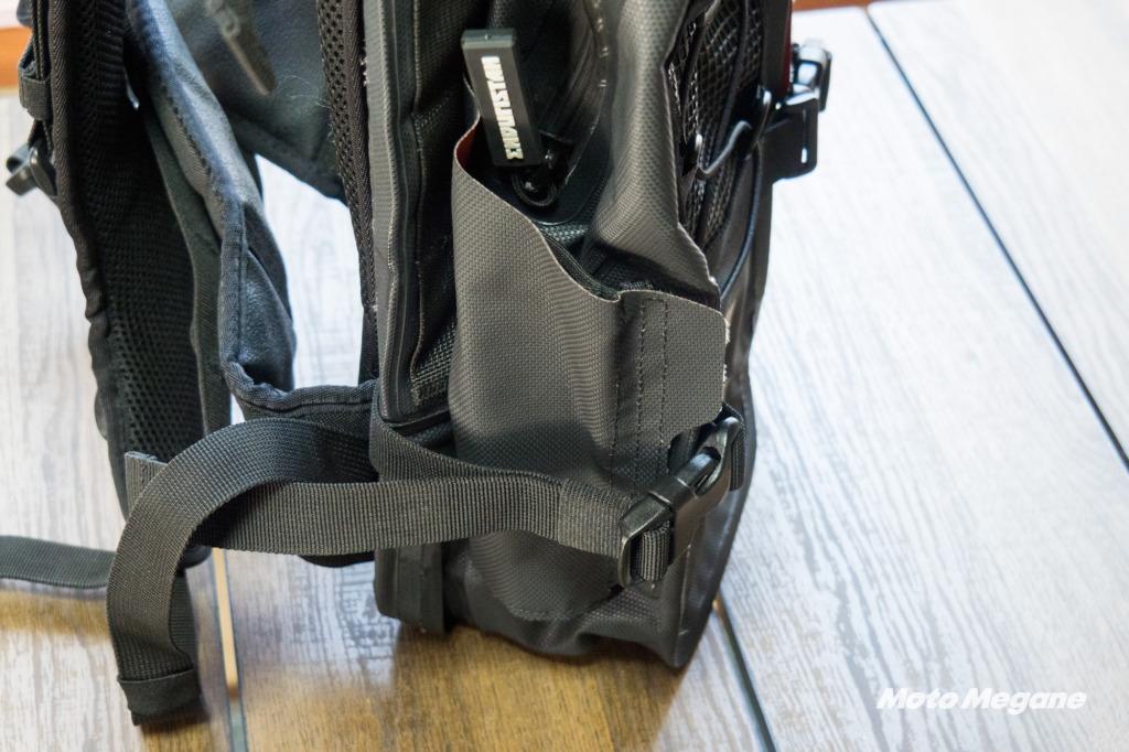 左右のポケット部分には上下2箇所ストラップが用意され三脚なども収納可能です