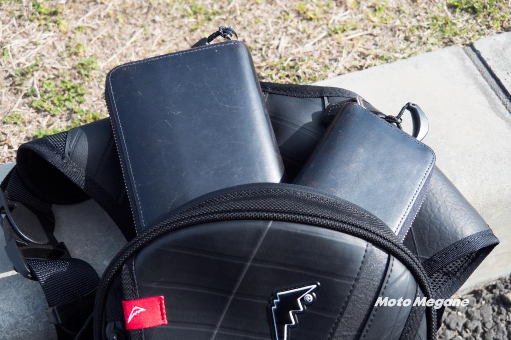 レッグバッグのメイン収納部は長財布と小銭入れを入れても余裕があります