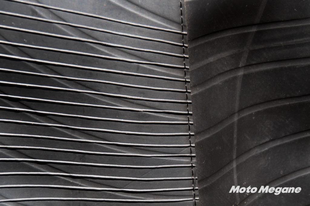 素材の一部には特徴的なトラックのタイヤチューブが使われている