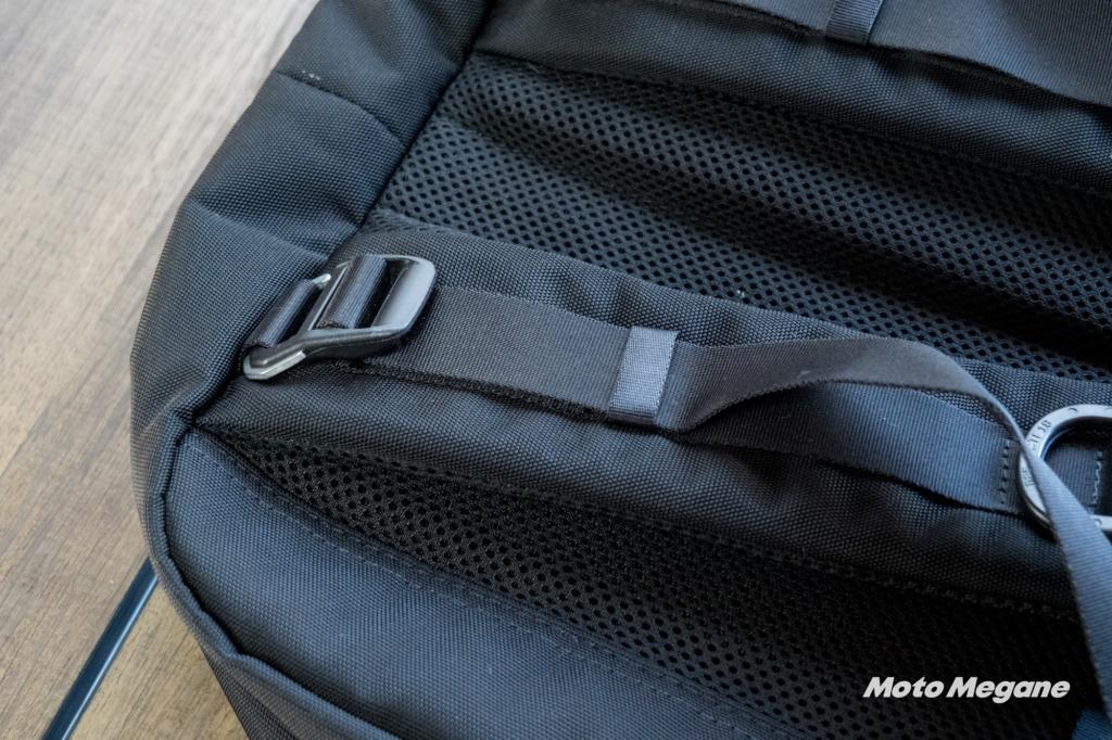 ショルダーストラップに装備されたトップスタビライザーは荷物が重い時にリュックを体に引き寄せて背負いやすくするためのもの。